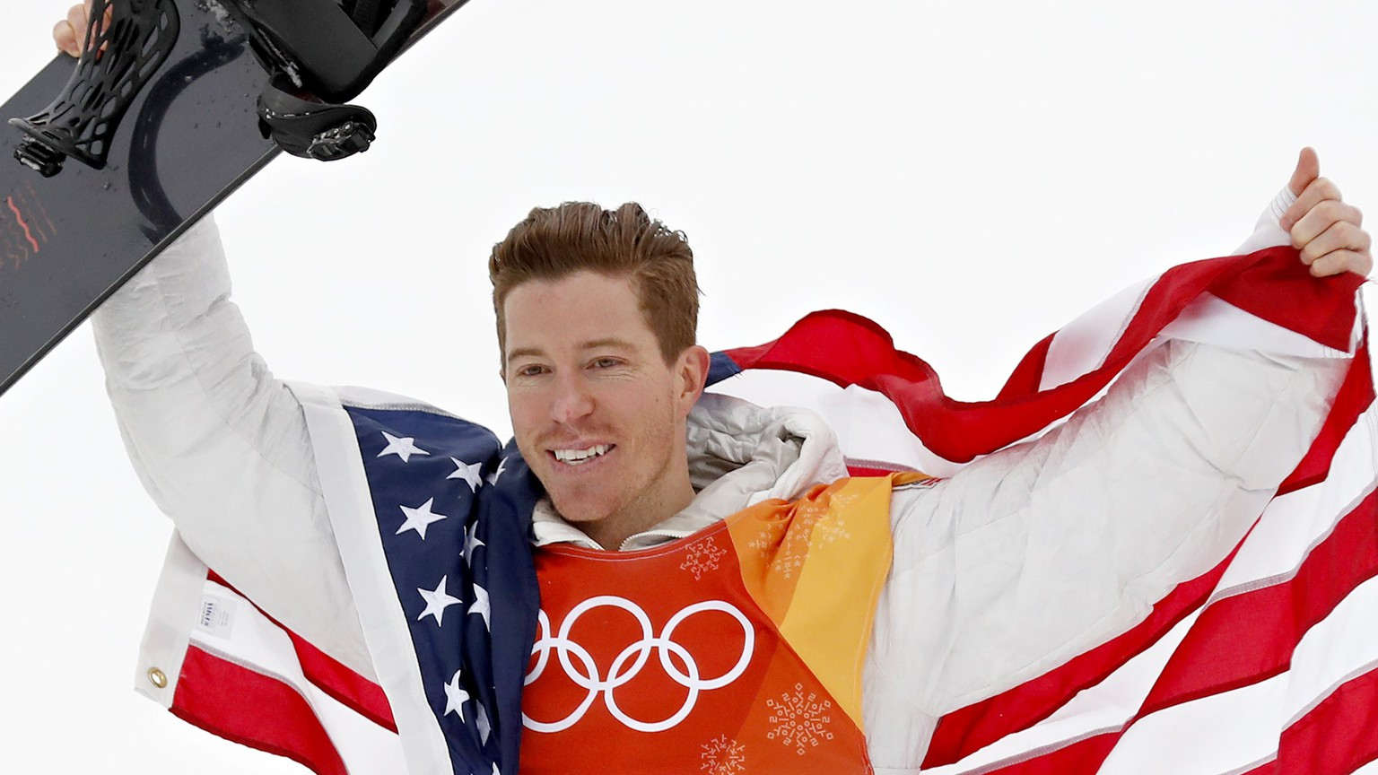 epaselect epa06523019 Gold medal winner Shaun White of the USA celebrates with the US flag during the venue ceremony after the Men's Snowboard Halfpipe Final Run at the Bokwang Phoenix Park during the PyeongChang 2018 Olympic Games, South Korea, 14 February 2018.  EPA/SERGEI ILNITSKY