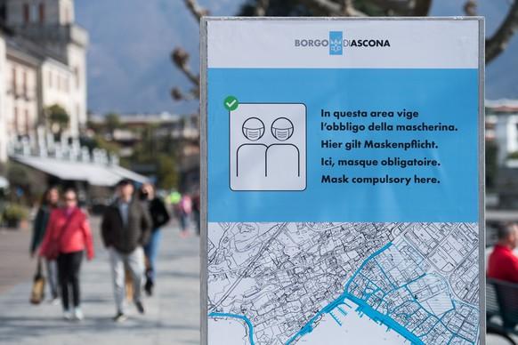 Leute spazieren an der Seepromenade, am Donnerstag, 25. Maerz 2021, in Ascona. Die Gemeinde hatte gestern entschieden, in gewissen Bereichen im Freien eine Maskenpflicht einzufuehren. Diese gilt verbindlich ab Freitag. (KEYSTONE/Ti-Press/Alessandro Crinari)
