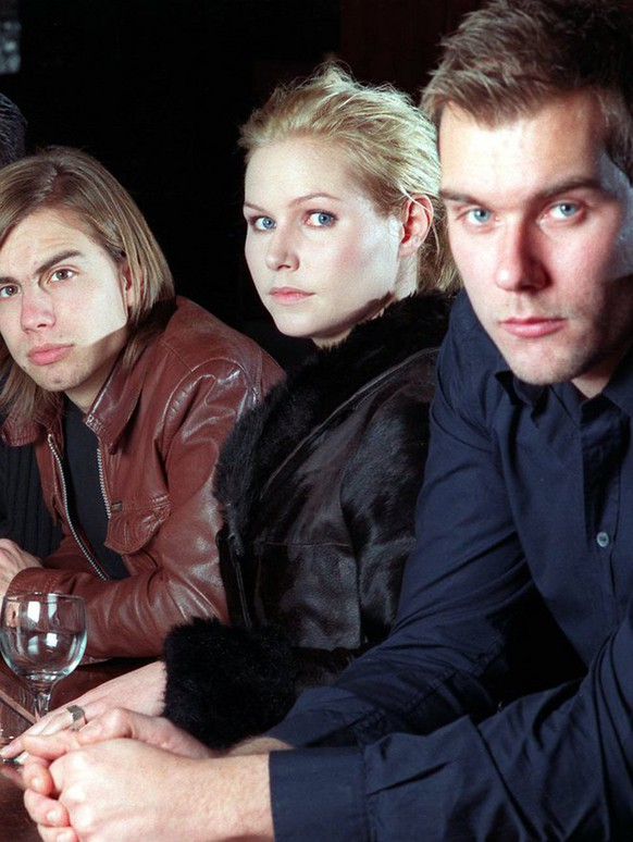 Members of the Swedish pop band The Cardigans pose at 'The Bowery Bar' in New York on December 7, 1998. They are: Lasse Johansson, Peter Svensson, Bengt Lagerberg, Nina Persson and Magnus Sveningsson (from left). The band's latest record is 'Gran Turismo'. (KEYSTONE/AP Photo/Jim Cooper)