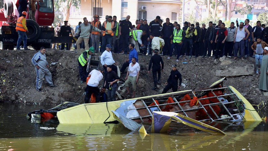 Rescue workers prepare to pull a bus out of a canal in Marioutiya, west of Cairo, Egypt, Saturday, March 21, 2015. Over 10 workers were killed when their bus plunged into the canal Saturday morning, according to a health official. (AP Photo/Ahmed Ramadan)
