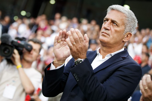 Swiss head coach Vladimir Petkovic claps to the national anthem before a friendly soccer match on the side line of the 2018 Fifa World Cup group B qualification between Switzerland and Belarus at the Stadium Maladiere, in Neuchatel, Switzerland, Thursday, June 1, 2017.  (KEYSTONE/Valentin Flauraud)