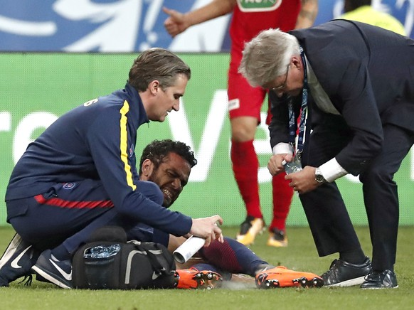 epa06724462 Paris Saint Germain's Dani Alves (C) reacts as he is treated by medics after being injured during the French Cup final between Les Herbiers Vendee and Paris Saint-Germain (PSG) at the Stade de France in Saint-Denis, outside Paris, France, 08 May 2018 (issued on 10 May 2018). Alves is off for three weeks because of an injury.  EPA/CHRISTOPHE PETIT TESSON