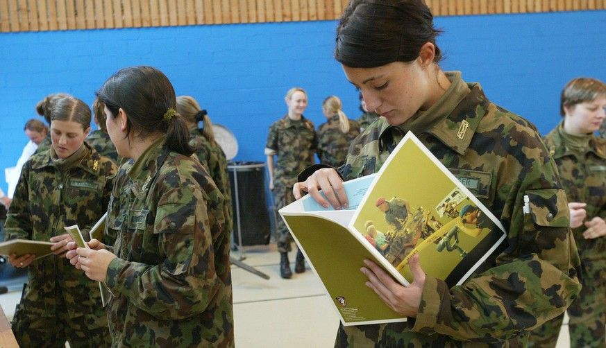 Frauen, die Militärs suchen
