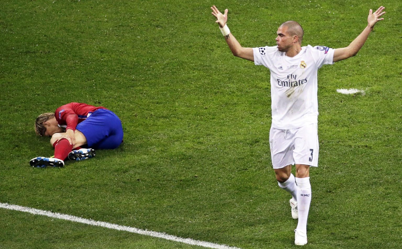 epa05334661 Real Madrid's Pepe (R) reacts after tackling Atletico Madrid's Fernando Torres (L) during the UEFA Champions League final between Real Madrid and Atletico Madrid at the Giuseppe Meazza Stadium in Milan, Italy, 28 May 2016.  EPA/ARMANDO BABANI