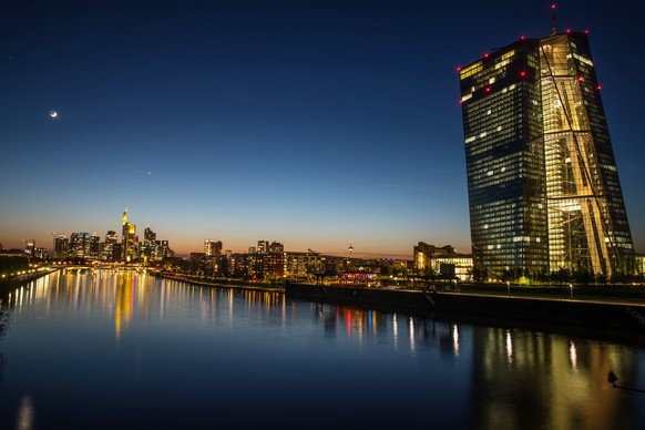 epa06678064 A general view of the Frankfurt city skyline on the left and European Central Bank ECB at sunset in Frankfurt Main, Germany, 18 April 2018.  EPA/ARMANDO BABANI