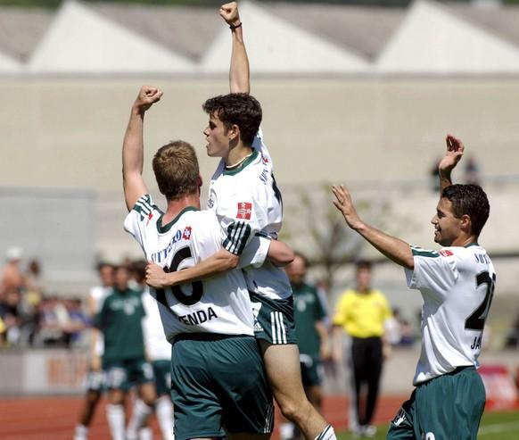 Les Saint-Gallois Moreno Merenda, Tranquillo Barnetta et Jairo, de gauche a droite, exultent apres le premier but marque par Barnetta, lors de la rencontre de football comptant pour le tour de promotion-relegation LNA-LNB entre les SR Delemont et le FC St. Gallen,  ce dimanche 4 mai 2003, a Delemont. La victoire a ete remportee 4-1 par les Saint-Gallois. (KEYSTONE/BIST/Roger Meier)