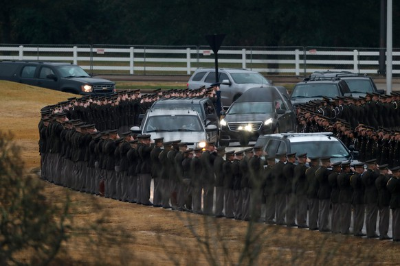 epa07213706 The Texas A&M Corps of Cadets salute as they line up on Barbara Bush Drive, an entrance way to the George H.W. Bush Presidential Library and Museum as the casket of former President George H.W. Bush arrives in College Station, Texas, USA, 06 December 2018. Bush died at the age of 94 on 30 November 2018 at his home in Texas. George H.W. Bush was the 41st President of the United States (1989-1993).  EPA/JEFF ROBERSON / POOL