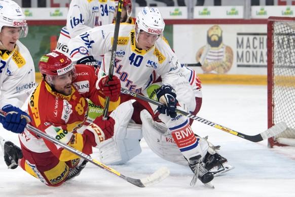 Biels Marco Pedretti, links, im Duell mit Klotens Tomi Sallinen im Eishockey Meisterschaftsspiel der National League zwischen dem EHC Biel und dem EHC Kloten, am Samstag, 14. Oktober 2017, in der Tissot Arena in Biel. (KEYSTONE/Peter Schneider)