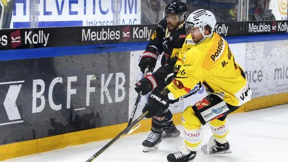 Gotterons Mauro Joerg, links, und Berns Beat Gerber, rechts, kaempfen um den Puck, beim Eishockey Meisterschaftsspiel der National League A zwischen den HC Fribourg Gotteron und dem SC Bern, am Dienstag, 19. Oktober 2021, in der BCF Arena in Fribourg. (KEYSTONE/Anthony Anex)