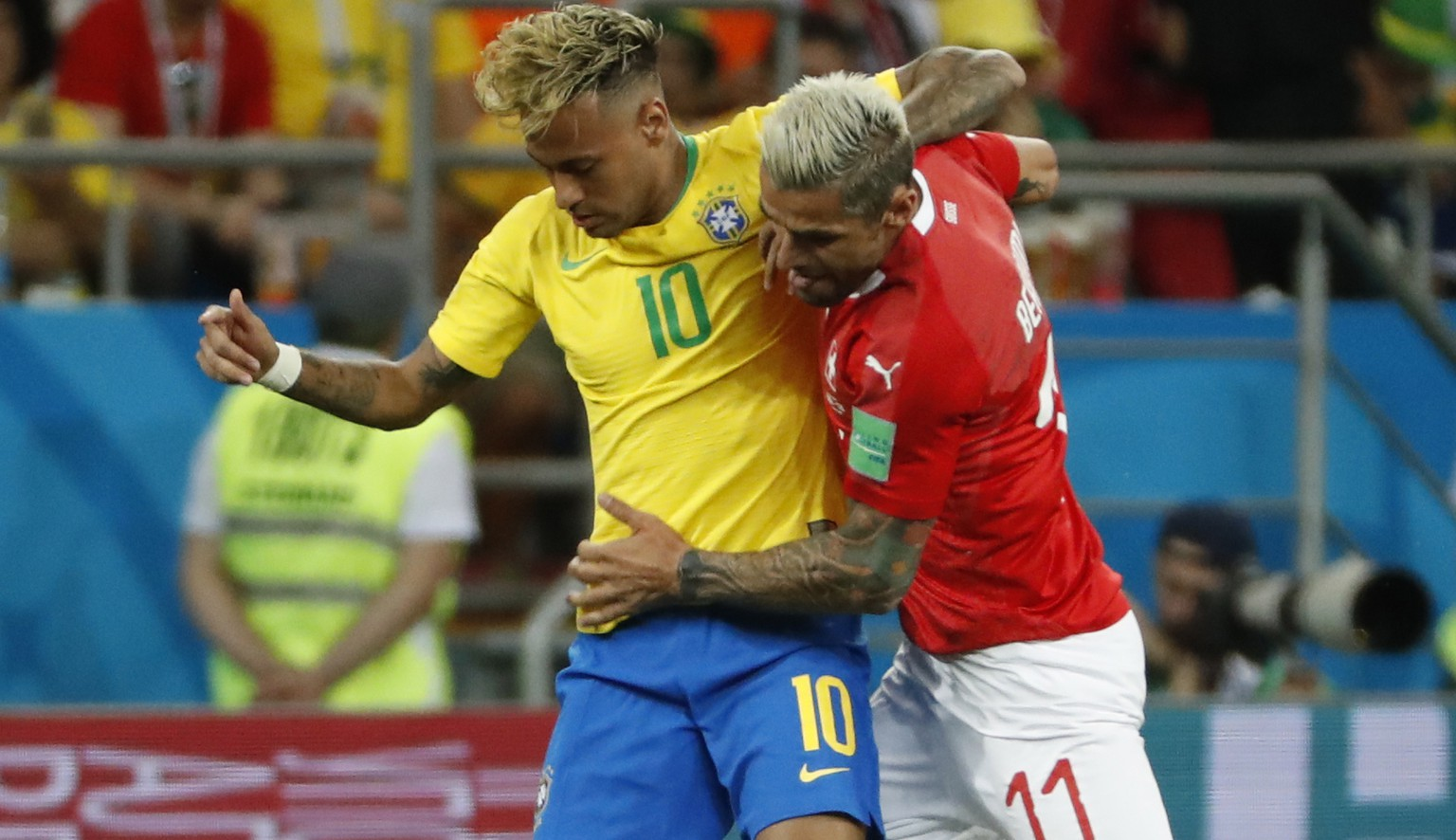 epa06816775 Neymar (L) of Brazil and Valon Behrami of Switzerland in action during the FIFA World Cup 2018 group E preliminary round soccer match between Brazil and Switzerland in Rostov-On-Don, Russia, 17 June 2018.