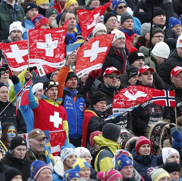 Swiss fans watch the Men's Skiathlon at the 2015 Nordic World Skiing Championships in Falun, Sweden, pictured on Saturday, February 21, 2015. (KEYSTONE/Peter Klaunzer)