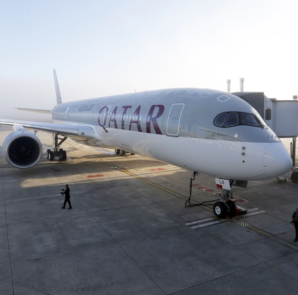 An Airbus A350 XWB is pictured on the tarmac during the first delivery of this new passenger jet at Qatar Airways in Toulouse, southwestern France, December 22, 2014. European planemaker Airbus delivered its first A350 mid-sized jetliner to Qatar Airways on Monday and moved to end speculation about the future of its larger A380 superjumbo.  REUTERS/Regis Duvignau (FRANCE - Tags: TRANSPORT BUSINESS)