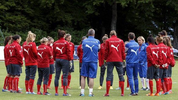Switzerland's head coach Martina Voss-Tecklenburg, from Germany, speaks to her players during a training session, in Macolin, Switzerland, Wednesday, May 20, 2015. The Swiss national soccer team prepares in Macolin for the upcoming FIFA Women's World Cup Canada 2015. (KEYSTONE/Salvatore Di Nolfi)