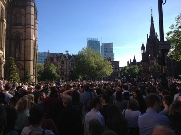 Menschen an einer Gedenkveranstaltung am Albert Square in Manchester nach dem Anschlag auf ein Konzert von Ariane Grande.
