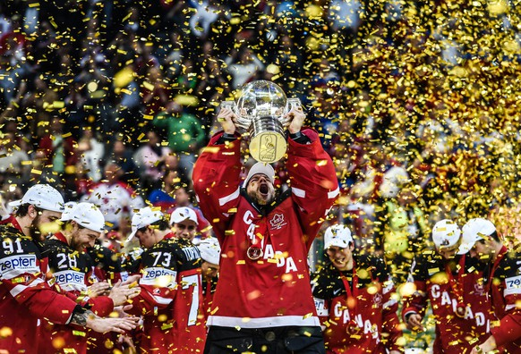 JAHRESRUECKBLICK 2015 - SPORT - Canadas Mike Smith celebrate with the trophy after Canada team win in the Ice Hockey World Championship 2015  final match between the Canada and Russia at O2 Arena in Prague, Czech Republic, 17 May 2015.  (KEYSTONE/EPA/FILIP SINGER)