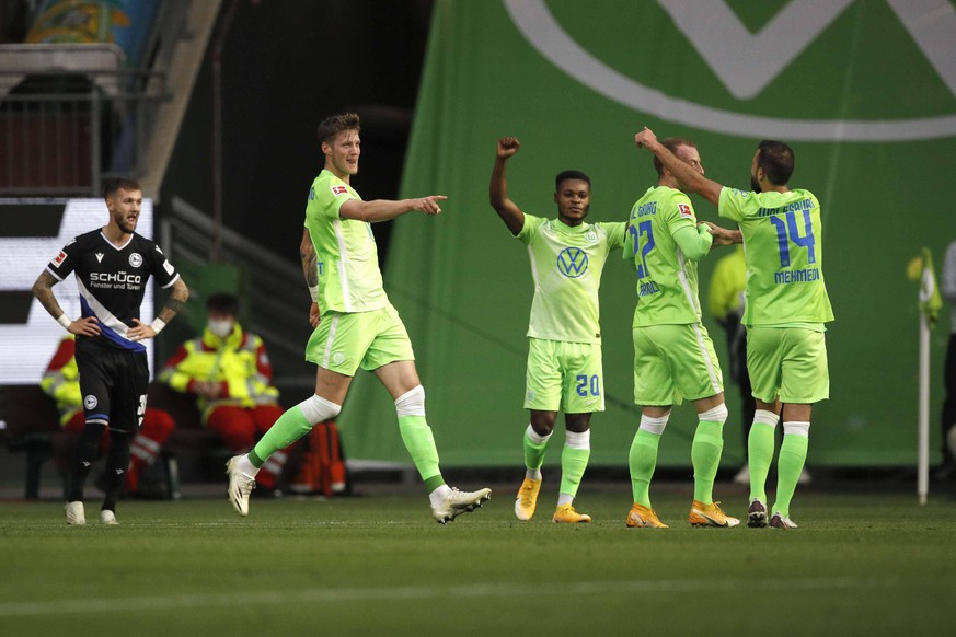 25.10.2020, Volkswagen Arena, Wolfsburg, Ligaspiel, 1. Bundesliga, VfL Wolfsburg vs DSC Arminia Bielefeld, im Bild Torschuetze Wout Weghorst 9, Wolfsburg jubelt nach dem Tor zum 1:0 fuer Wolfsburg zusammen mit Ridle Baku 20, Wolfsburg, Maximilian Arnold 27, Wolfsburg und Admir Mehmedi 14, Wolfsburg DFL regulations prohibit any use of photographs as image sequences and/or quasi-video. VfL Wolfsburg vs DSC Arminia Bielefeld *** 25 10 2020, Volkswagen Arena, Wolfsburg, Ligaspiel, 1 Bundesliga, VfL Wolfsburg vs DSC Arminia Bielefeld, in the picture goal scorer Wout Weghorst 9, Wolfsburg cheers after the goal for Wolfsburg together with Ridle Baku 20, Wolfsburg , Maximilian Arnold 27, Wolfsburg and Admir Mehmedi 14, Wolfsburg DFL regulations prohibit any use of photographs as image sequences and or quasi video VfL Wolfsburg vs DSC Arminia Bielefeld