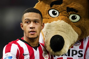 epa04608453 Memphis Depay of PSV Eindhoven with mascotte Phoxy after a Dutch Eredivisie soccer match between PSV Eindhoven and FC Utrecht in Eindhoven, The Netherlands, 07 February 2015.  EPA/OLAF KRAAK
