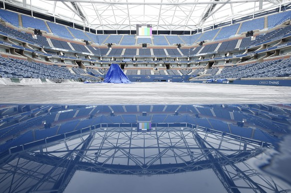 epa04924438 Tarps cover center court inside Arthur Ashe Stadium after both women's Semifinals matches were postponed due to expected rain throughout the night on the eleventh day of the 2015 US Open Tennis Championship at the USTA National Tennis Center in Flushing Meadows, New York, USA, 10 September 2015. The women's Semifinals matches will now be played starting at 11am ET with both men's Semifinals to follow starting at 5pm ET.  EPA/JOHN G. MABANGLO