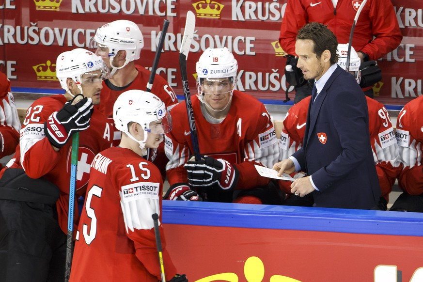 Patrick Fischer, right, head coach of Switzerland national ice hockey team, speaks to his players forward Nino Niederreiter, left, forward Gregory Hofmann #15, forward Reto Schaeppi #19, during the IIHF 2018 World Championship preliminary round game between Switzerland and Austria, at the Royal Arena, in Copenhagen, Denmark, Saturday, May 5, 2018. (KEYSTONE/Salvatore Di Nolfi)