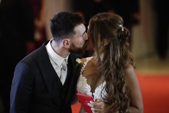 Hier ein Küsschen, da ein Küsschen: Der Fussball-Star Lionel Messi hat seinen Schulschatz Antonella Roccuzzo geheiratet.
