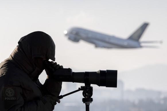 Praezisionsschuetzen der Kantonspolizei Zuerich ueberwachen den Flughafen Zuerich am World Economic Forum (WEF), aufgenommen am Montag, 20. Januar 2020. (KEYSTONE/Ennio Leanza)