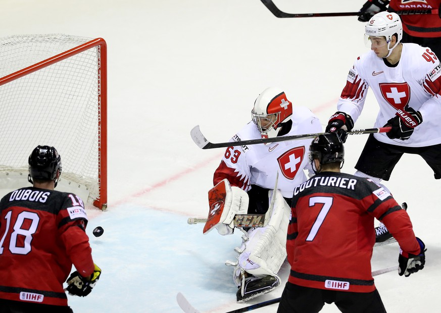 epa07594879 Switzerland's goalkeeper Leonardo Genoni (C) concedes the 2-2 goal during the IIHF World Championship quarter final ice hockey match between Canada and Switzerland at the Steel Arena in Kosice, Slovakia, 23 May 2019.  EPA/MARTIN DIVISEK