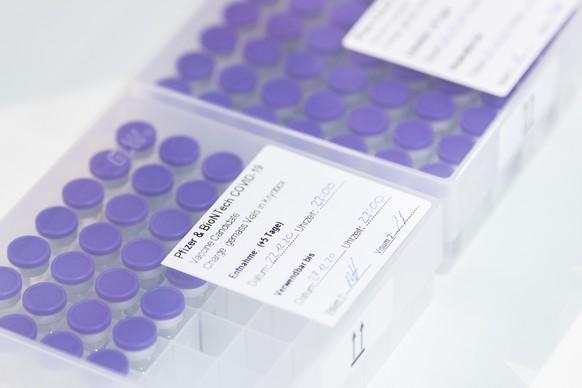 Der Impfstoff von Pfizer und BioNTech Impfstoff in den Raeumlichkeiten des Haupt-Impfzentrums Allmend auf der Messe Luzern, aufgenommen am Mittwoch, 23. Dezember 2020. Das in der Messe Luzern aufgebaute Haupt Impfzentrum gegen das Coronavirus dient in einer ersten Phase als Bezugsort der Impfstoffe fuer mobile Equipen sowie als Uebungs- und Schulungszentrum, sobald im Fruehling 2021 mehr Impfungen fuer die breite Bevoelkerung zur Verfuegung stehen, wird das Impfzentrum seinen Betrieb aufnehmen.  (KEYSTONE/Ennio Leanza)