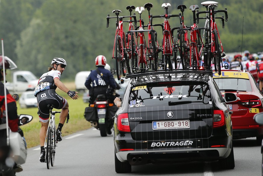 epa05408733 Trek Segafredo team rider Fabian Cancellara of Switzerland talks to his team car during the 4th stage of the 103rd edition of the Tour de France cycling race over 237.5 km between Saumur and Limoges, France, 05 July 2016.  EPA/YOAN VALAT