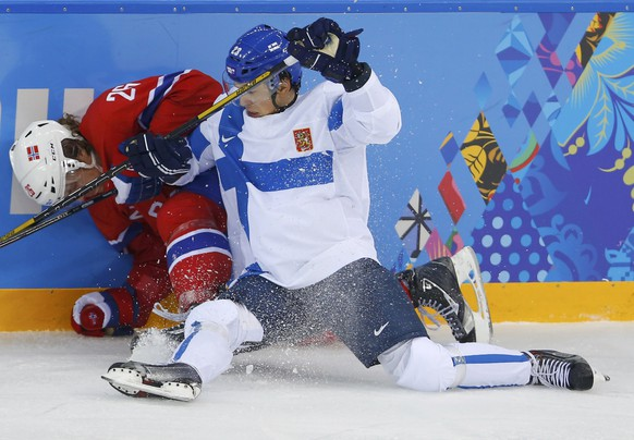 Finland's Sakari Salminen (R) checks Norway's Kristian Forsberg (L) along the boards during the third period  of their men's preliminary round ice hockey game at the Sochi 2014 Winter Olympic Games, February 14, 2014. REUTERS/Laszlo Balogh (RUSSIA  - Tags: SPORT ICE HOCKEY OLYMPICS)