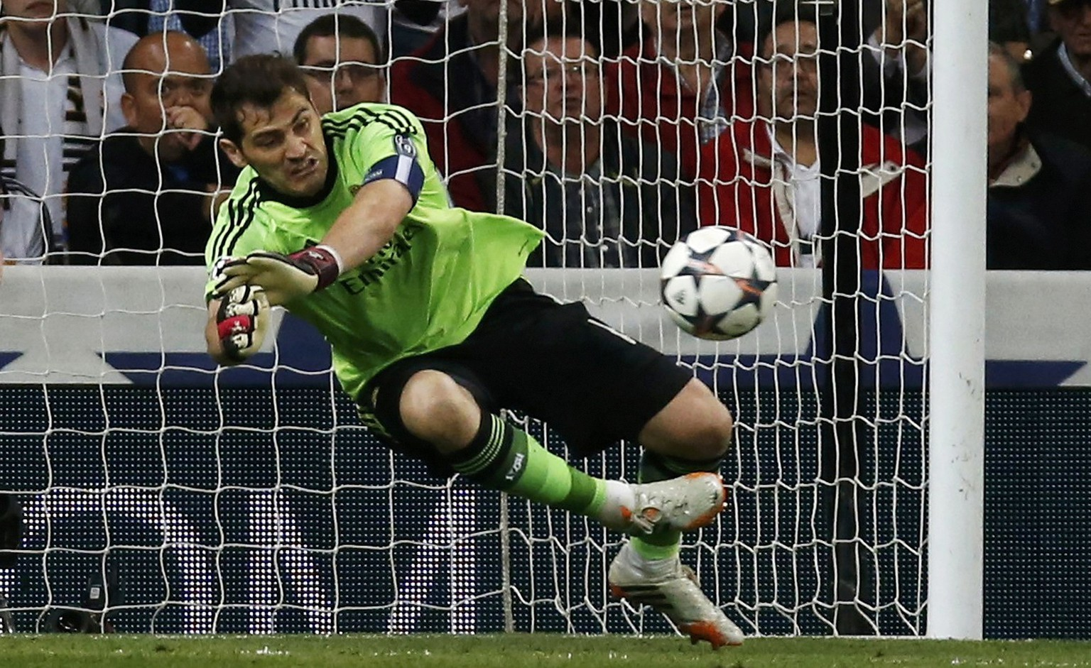 Real Madrid's Karim goalkeeper Iker Casillas saves a shot from Bayern Munich's Thomas Mueller during their Champions League semi-final first leg soccer match at Santiago Bernabeu stadium in Madrid April 23, 2014.     REUTERS/Paul Hanna (SPAIN  - Tags: SPORT SOCCER)