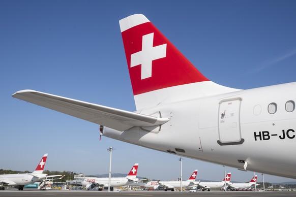 ARCHIVBILD --- ZUM ARTIKEL VON KEYSTONE-SDA ZU DEN HALBJAHRESZAHLEN VON SWISS INT. AIRLAINES STELLEN WIR IHNEN FOLGENDES BILD ZUR VERFUEGUNG-Parked planes of the airline Swiss at the airport in Zurich, Switzerland on Friday, 17 April 2020. The bigger part of the Swiss airplanes are not in use due to the outbreak of the coronavirus. (KEYSTONE/Ennio Leanza)
