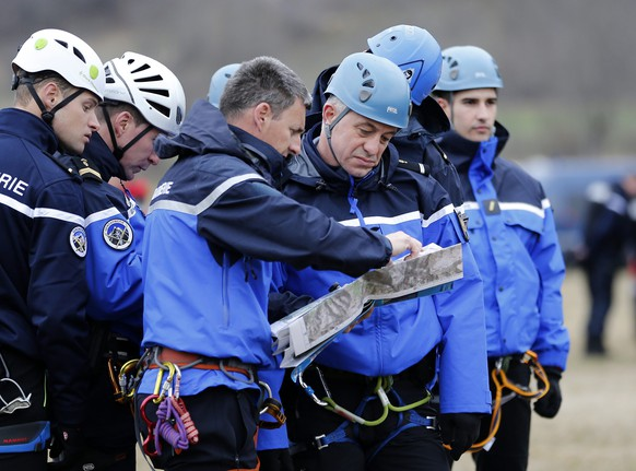 epa04677552 Members of the French Gendarmerie talk about operations in Seyne les Alpes, southeastern France, 24 March 2015, near the crash site of the Germanwings Airbus A320 in the French Alps. Germanwings Flight 4U 9525 from Barcelona to Duesseldorf crashed over Southern Alps in France with at least 140 passengers and six crew on board.  EPA/SEBASTIEN NOGIER