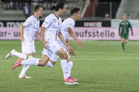 Aaraus Spielere feiern ihren Treffer zum 1-2 im Fussball Meisterschaftsspiel der Challenge League zwischen dem FC Thun und dem FC Aarau, am Freitag, 6. August 2021, in der Stockhorn Arena in Thun. (KEYSTONE/Peter Schneider)