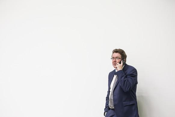 """Nationalrat Albert Roesti, Praesident SVP, telefoniert vor der Podiumsveranstaltung """"Altersvorsorge 2020"""" am Dienstag, 10. Mai 2017, in Luzern. (KEYSTONE/Alexandra Wey)"""