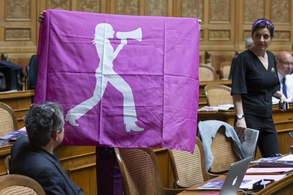 Margret Kiener Nellen, SP-BE, verdeckt, zeigt neben Flavia Wasserfallen, SP-BE, rechts, eine Flagge des Frauenstreiks im Nationalrat, waehrend der Sommersession der Eidgenoessischen Raete, am Freitag, 14. Juni 2019 in Bern. (KEYSTONE/Peter Klaunzer)