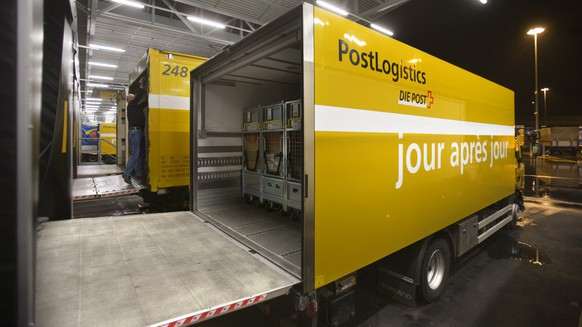 A loaded truck of the Swiss Mail at the loading ramp in the letter sorting center Muelligen in Zurich, Switzerland, pictured on March 14, 2008. (KEYSTONE/Gaetan Bally)  Beladene Lastwagen der Post an der Laderampe im Briefzentrum Muelligen in Zuerich, aufgenommen am 14. Maerz 2008. (KEYSTONE/Gaetan Bally)
