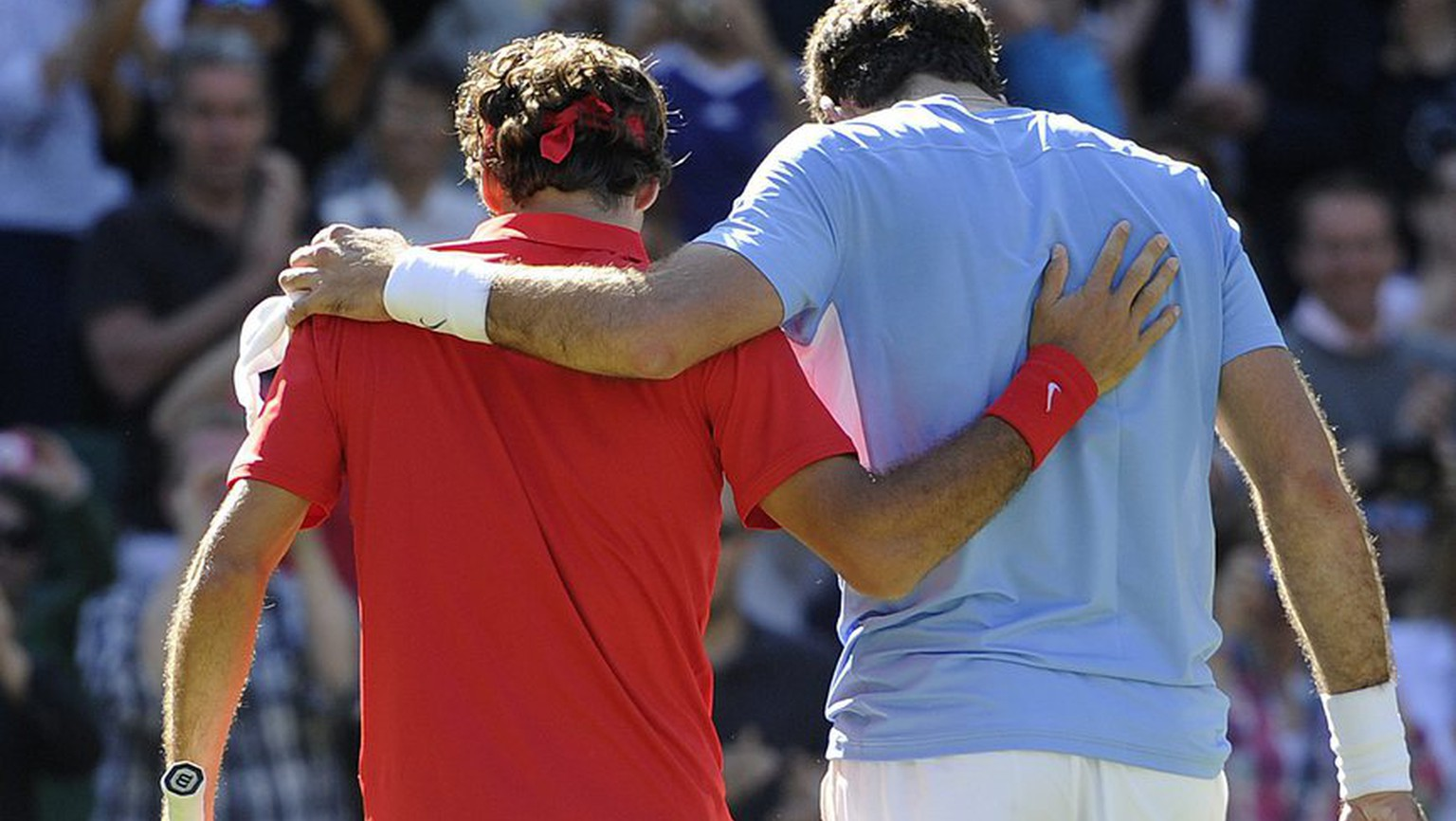 Switzerland's Roger Federer, left, and Argentina's Juan Martin Del Potro, right, leave the court after the men's semifinal singles match during the London 2012 Olympic Games Tennis competition in Wimbledon, Greater London, Britain, Wednesday, August 3, 2012. (KEYSTONE/Jean-Christophe Bott)