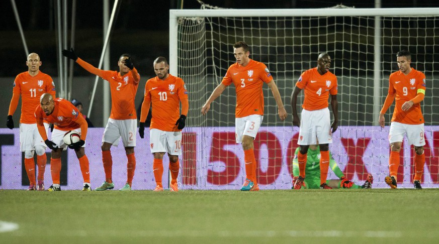 epa04445449 Dutch players react after conceding the the second goal during the UEFA EURO 2016 qualifier match between Iceland and The Netherlands, in Reykjavik, Iceland, 13 October 2014.  EPA/OLAF KRAAK