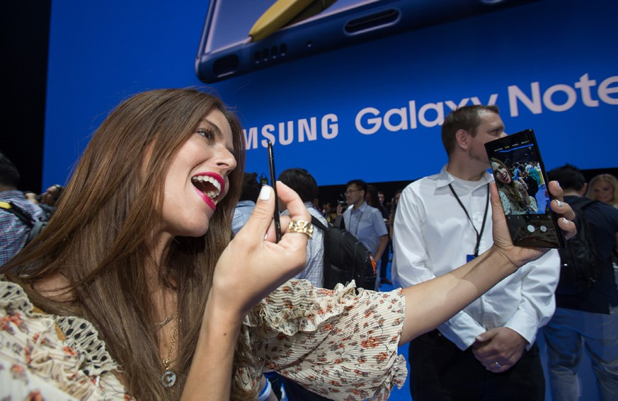 epa06939621 A handout photo made available by Samsung Electronics Co., Ltd shows a woman taking a selfie with Samsung Electronics Co.'s new Galaxy Note 9 smartphone during a rollout event at Barclays Center in New York, New York, USA, 09 August 2018.  EPA/SAMSUNG ELECTRONICS / HANDOUT  HANDOUT EDITORIAL USE ONLY/NO SALES