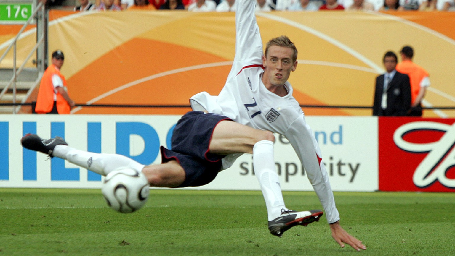 England's Peter Crouch blazes wide during their World Cup Group B soccer match against Trinidad and Tobago  in Nuremberg, Germany, Thursday, June 15, 2006. Other teams in the group are Paraguay and Sweden. (KEYSTONE/AP Photo/Matt Dunham) ** MOBILE/PDA USAGE OUT **