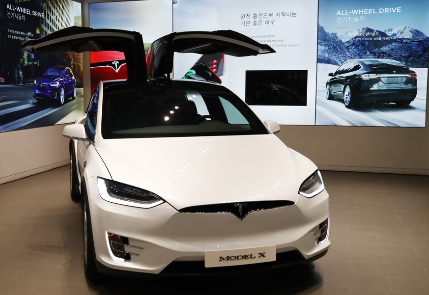 epa06954001 US electric carmaker Tesla's new SUV 'Model X' sits on display after it was unveiled at a studio in Seoul, South Korea, 17 August 2018.  EPA/YONHAP SOUTH KOREA OUT