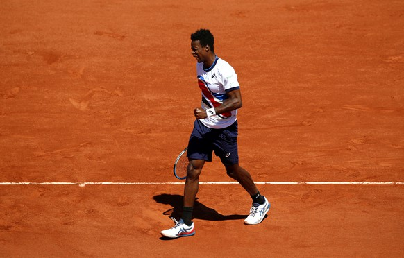 epa09240906 Gael Monfils of France reacts during his first round match against Albert Ramos Vinolas of Spain at the French Open tennis tournament at Roland Garros in Paris, France, 01 June 2021.  EPA/YOAN VALAT