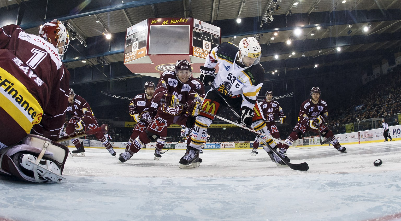 Lugano's Brett McLean, of Canada, right, missing a goal against to Geneve-Servette's goaltender Christophe Bays, left, past Geneve-Servette's Frederic Iglesias, center, during the game of National League A (NLA) Swiss Championship between Geneve-Servette HC and HC Lugano, at the ice stadium Les Vernets, in Geneva, Switzerland, Tuesday, January 20, 2015. (KEYSTONE/Salvatore Di Nolfi)