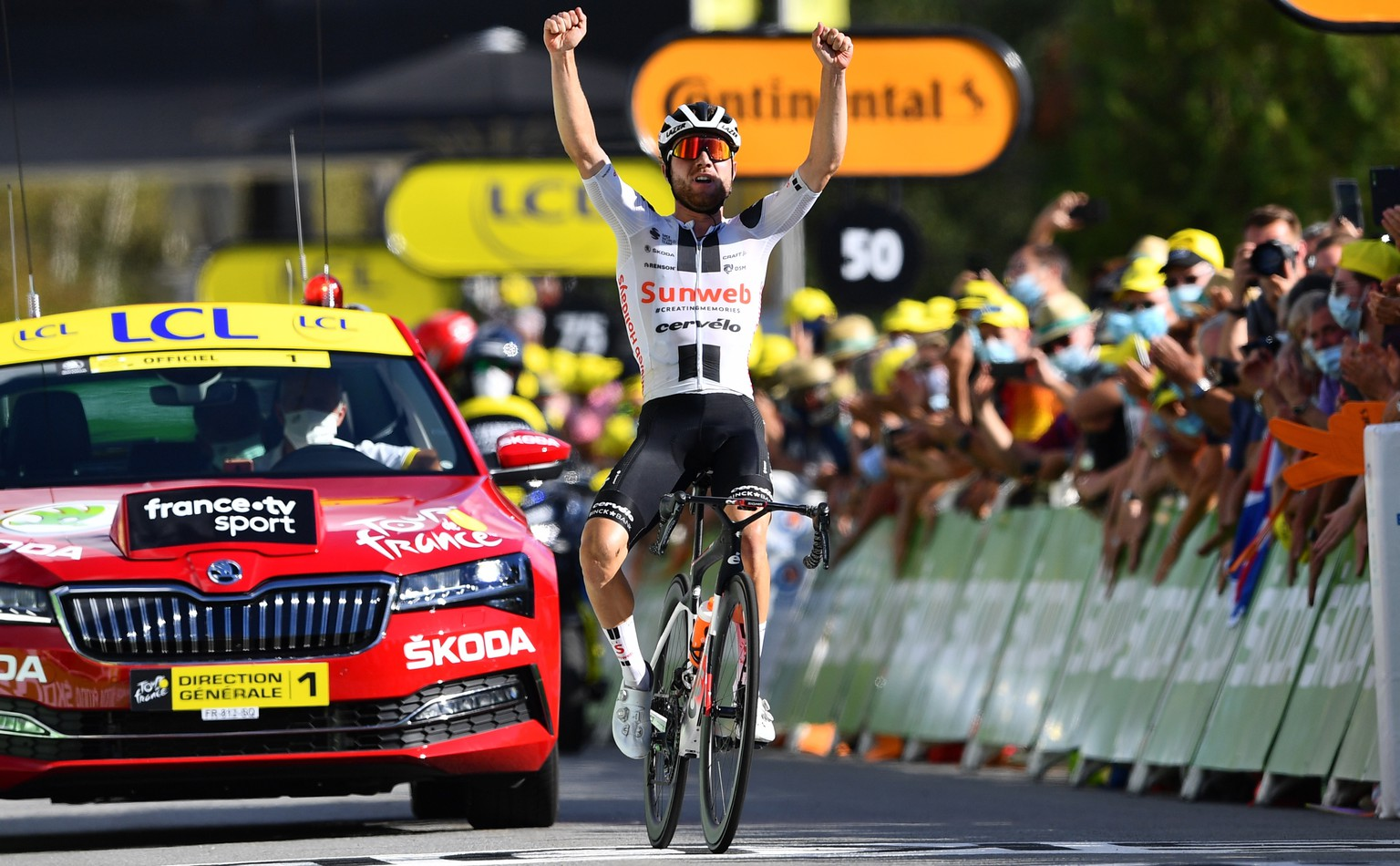 epa08659232 Swiss rider Marc Hirschi of Team Sunweb wins the 12th stage of the Tour de France cycling race over 218km from Chauvigny to Sarran, France, 10 September 2020.  EPA/Stuart Franklin / Pool