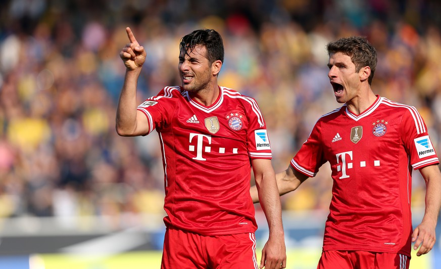 BRAUNSCHWEIG, GERMANY - APRIL 19:  Claudio Pizarro (L) of Muenchen celebrates his team's opening goal with Thomas Mueller of Muenchen during the Bundesliga match between Eintracht Braunschweig and FC Bayern Muenchen at Eintracht Stadion on April 19, 2014 in Braunschweig, Germany.  (Photo by Ronny Hartmann/Bongarts/Getty Images)