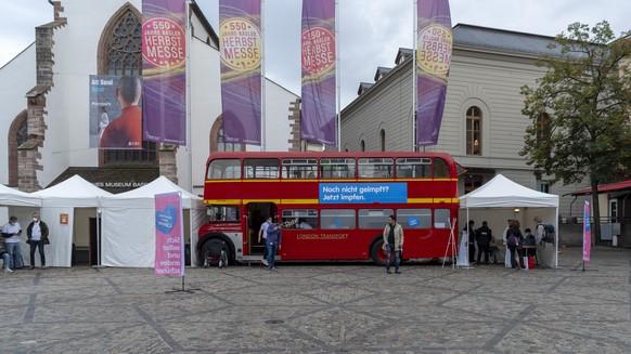 Der Impfbus steht bereit auf dem Barfuesserplatz in Basel, am Montag, 20. September 2021. Im Kanton Basel-Stadt ist ab 13. September 2021 waehrend vier Wochen ein Impfbus unterwegs, in dem sich die Bevoelkerung ohne vorherige Terminvereinbarung spontan gegen das Coronavirus impfen lassen kann. (KEYSTONE/Georgios Kefalas)