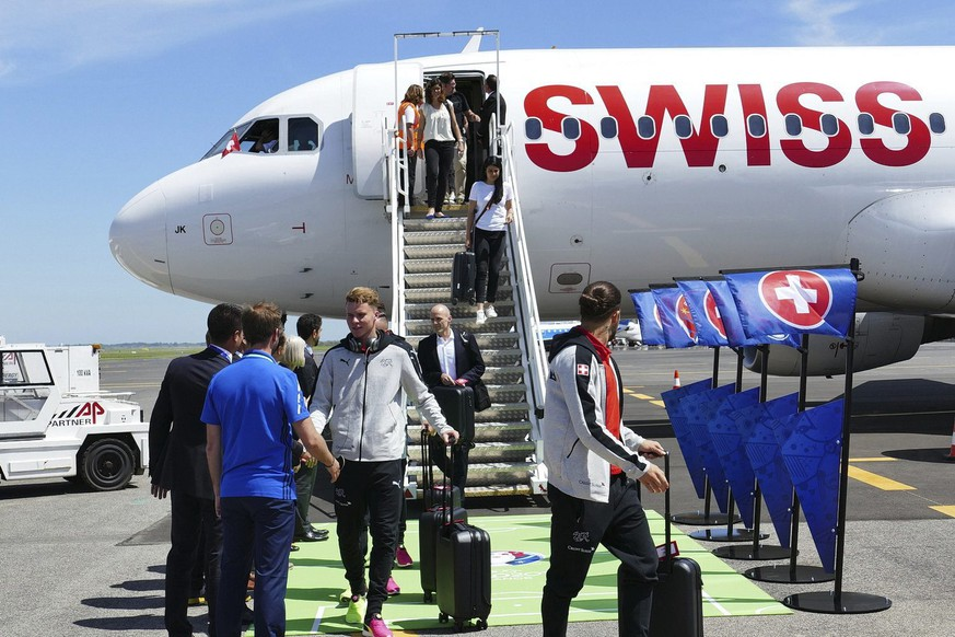 epa05349053 The Swiss team arrive in Montpellier, France, 06 June 2016. The team of Switzerland arrived in France for the UEFA EURO 2016 that starts on 10 June.  EPA/UEFA HANDOUT (Handout photo provided by UEFA. Only editorial use relating to the event described is permitted. Photo may be distributed to third parties to use for the same purpose provided that no charge is made) HANDOUT EDITORIAL USE ONLY/NO SALES/NO ARCHIVES