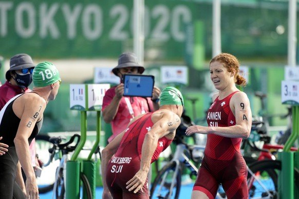 epa09380744 Jolanda Annen of Switzerland (R) competes in the Triathlon Mixed Relay of the Tokyo 2020 Olympic Games at the Odaiba Marine Park in Tokyo, Japan, 31 July 2021.  EPA/FRANCK ROBICHON
