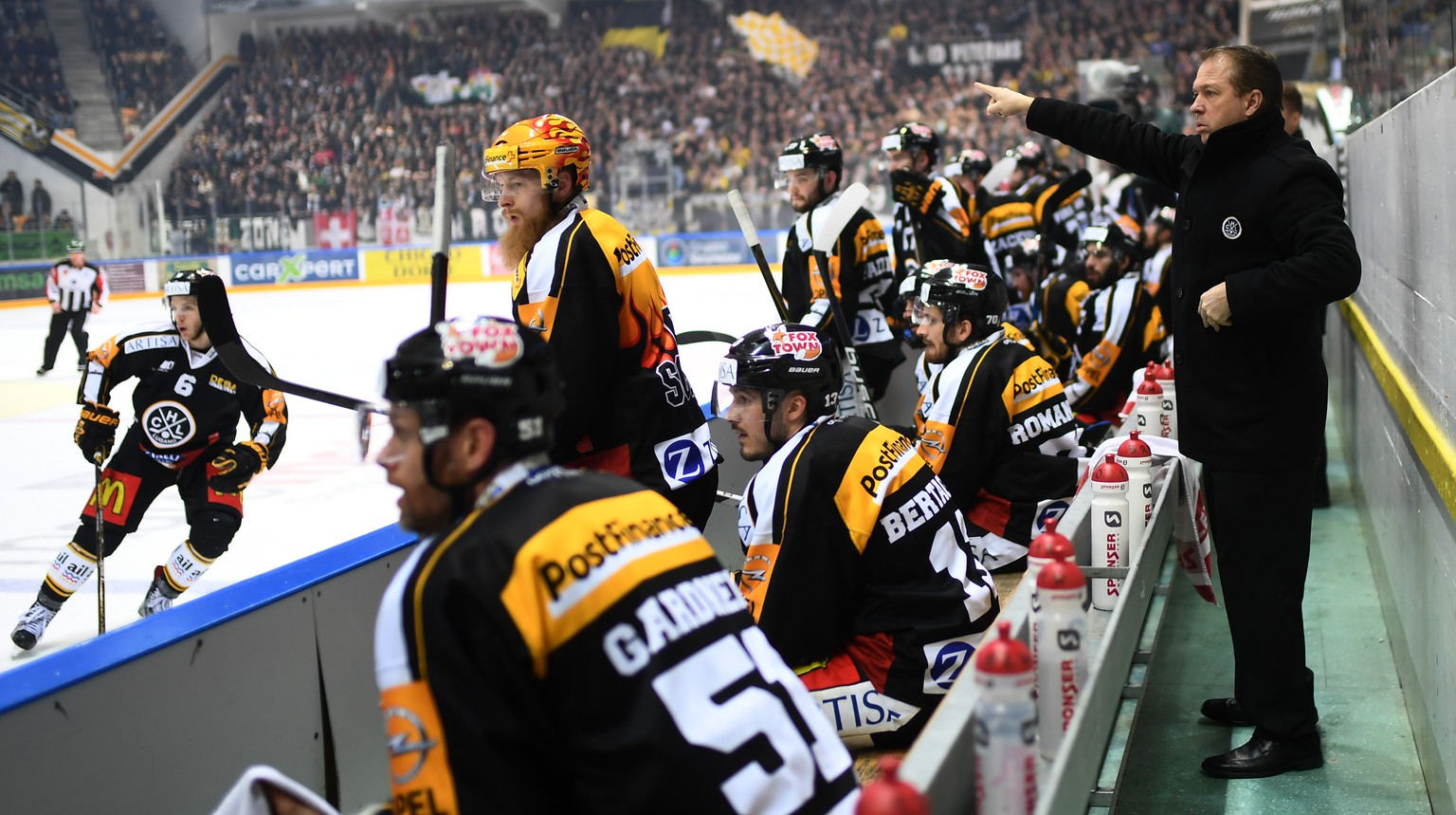 Lugano's coach Greg Ireland, left, during the sixth leg of the Playoffs quarterfinals game of National League A (NLA) Swiss Championship between Switzerland's HC Lugano and ZSC Lions, on Thursday, March 16, 2017, in the Resega Stadium in Lugano. (KEYSTONE/Ti-Press/Gabriele Putzu)