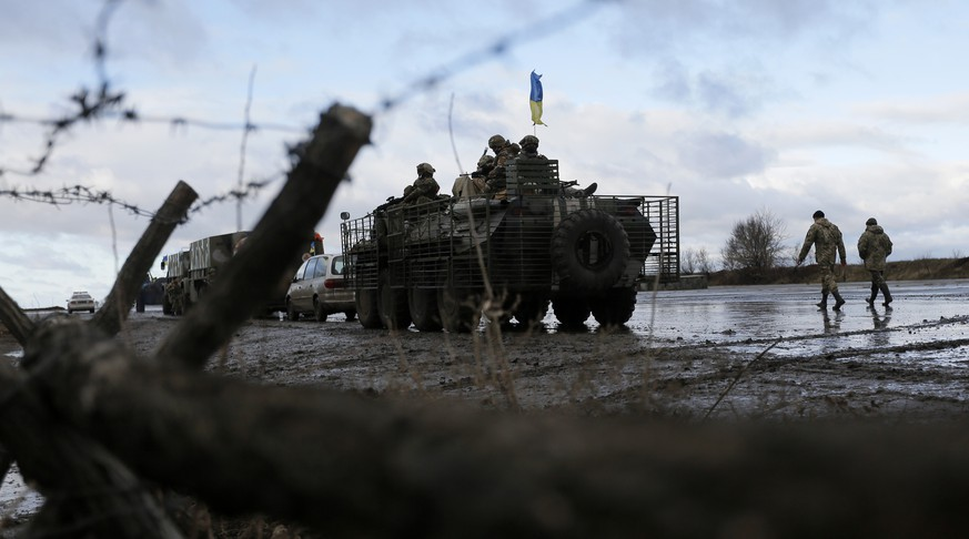 Ukrainian soldiers at a military base in Kramatorsk, Donetsk region, eastern Ukraine Wednesday, Dec 24, 2014. Peace talks aimed at reaching a stable cease-fire in Ukraine between its government forces and pro-Russian armed groups began on Wednesday in Minsk, Belarus, with the discussions to include a pullout of heavy weapons and an exchange of war prisoners. (AP Photo/Sergei Chuzavkov)